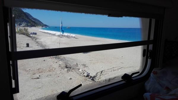pláž Katshima z okna karavanu