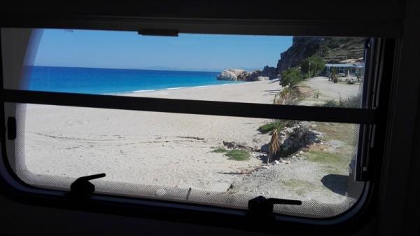pláž Katshima z okna karavanu..
