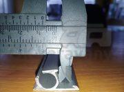 Kederová hliníková lišta so skrutkovým kanálom.