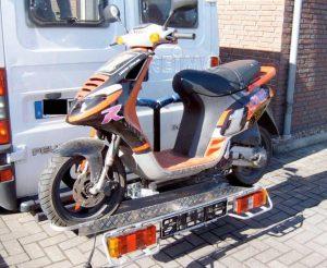 Nosič e-bicyklov a skútrov na ťažné zariadenie, užitočné zaťaženie 90 kg.